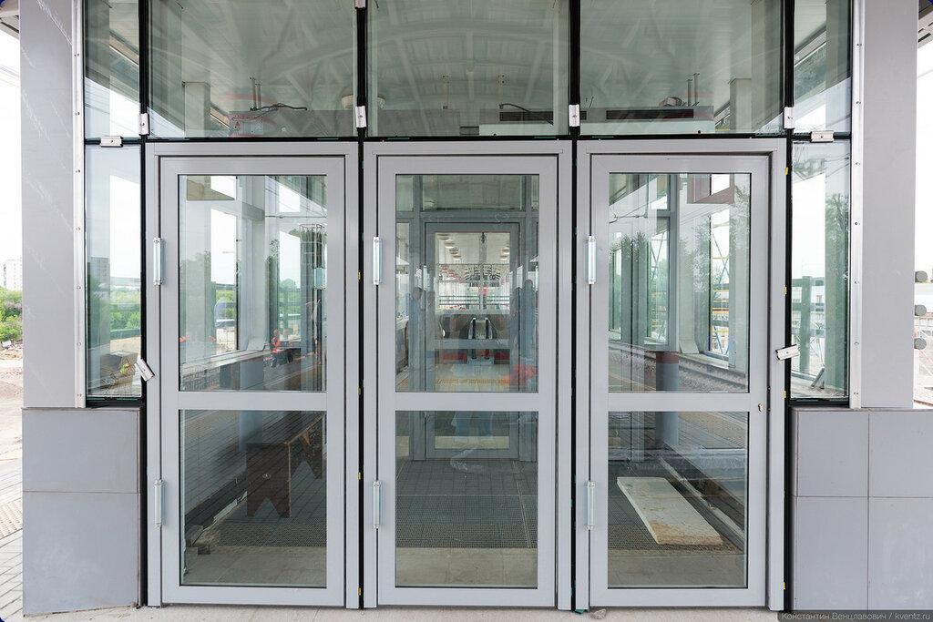 Двери и эскалатор за ними