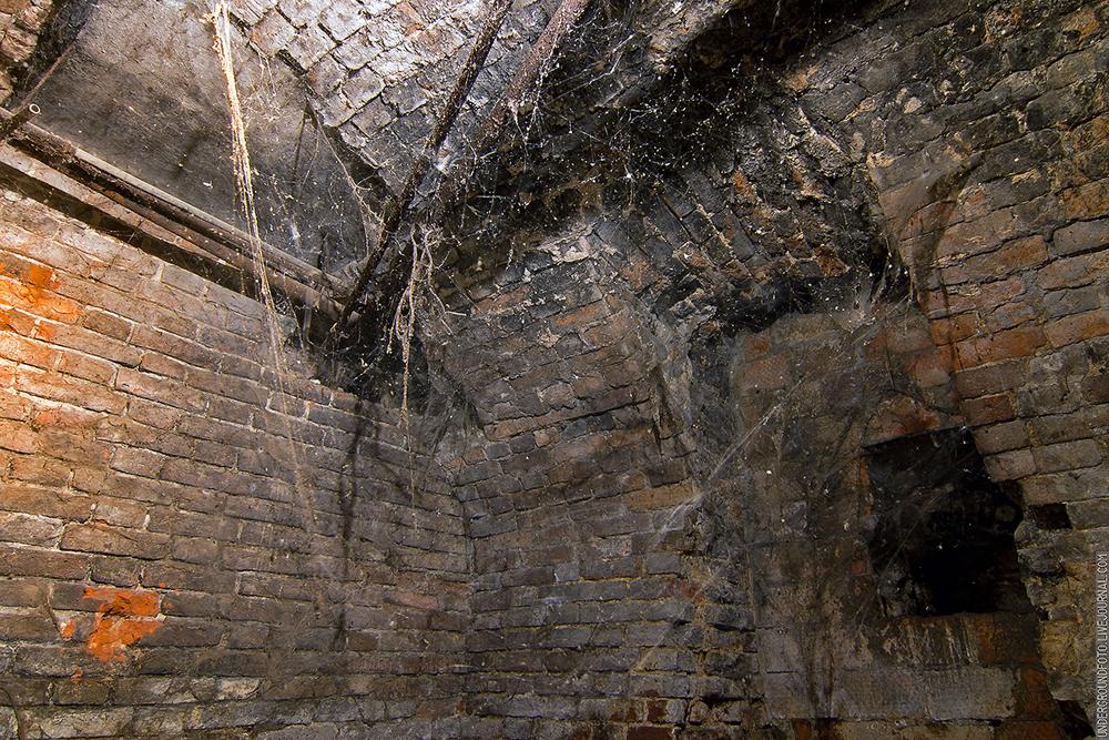 Старый кирпичный подвал