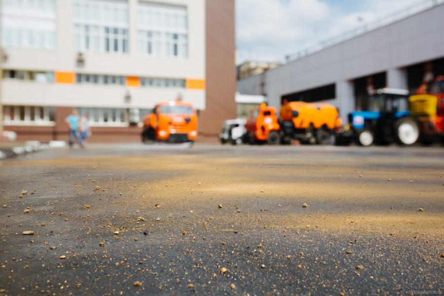 13. Потом пыль и грязь с дороги сбивается к обочине струей воды из поливомоечной машины.