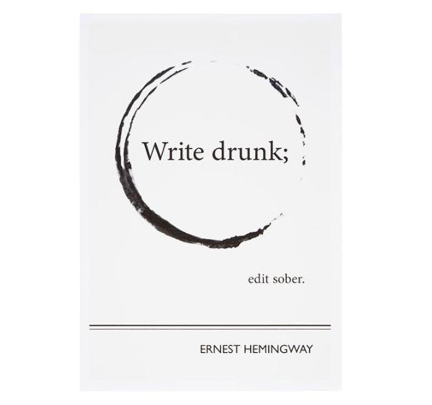 Плакат с цитатой Эрнеста Хемингуэя: «Пиши пьяным, редактируй трезвым».