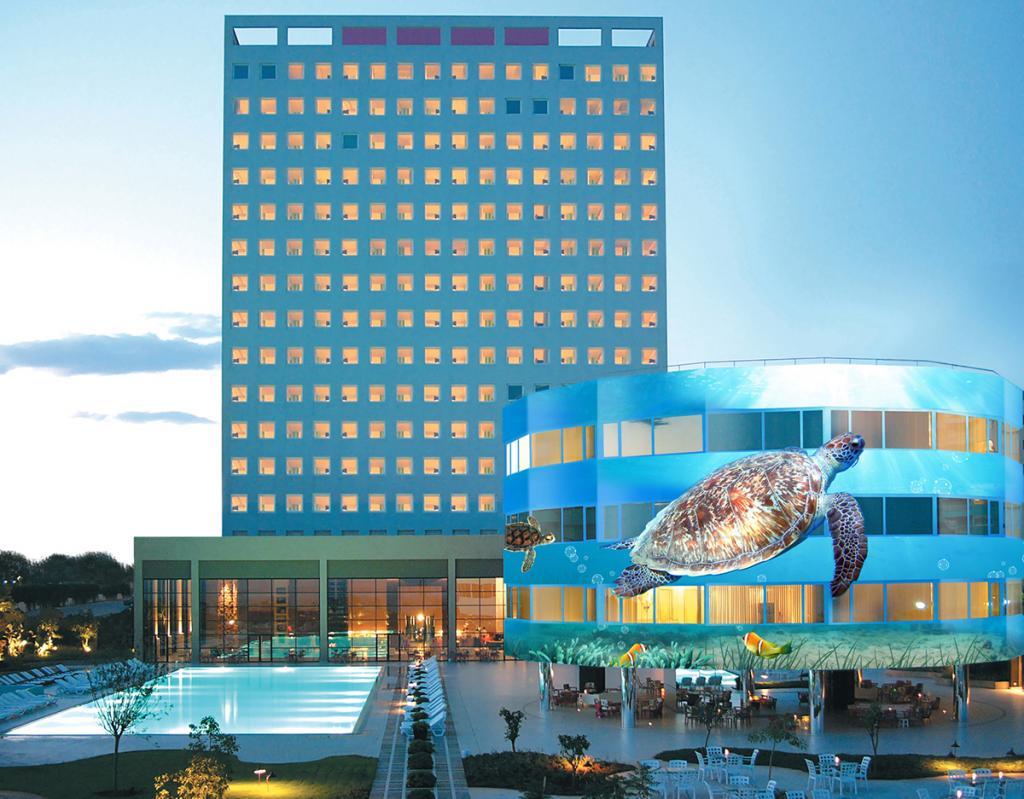 В этом отеле не получится скучать из-за однообразных видов за окном. Трехэтажное круглое здание
