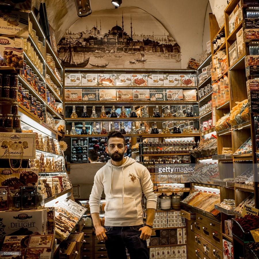 14. Хасан Рамо позирует фотографу в своем магазине, где он продает традиционные сладости и турецкие