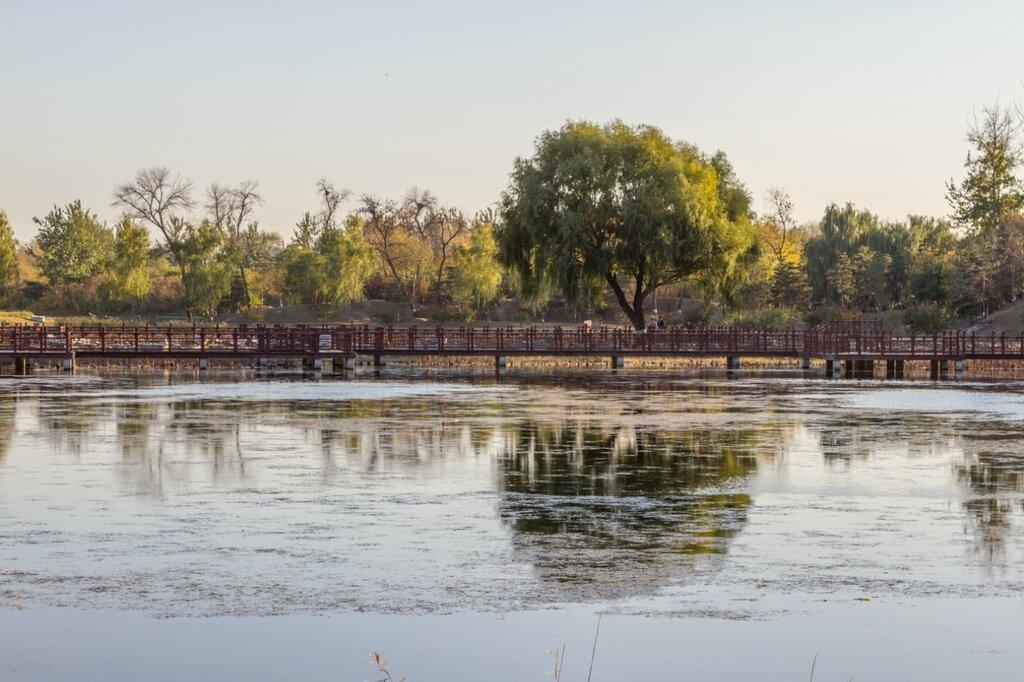 Деревянный мост через Лотосовый пруд, парк Юаньминъюань, Пекин