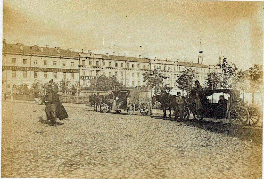 447842 Остановка омнибусов у Ильинских ворот 1887 Aymar de la Baume-Pluvinel.jpg