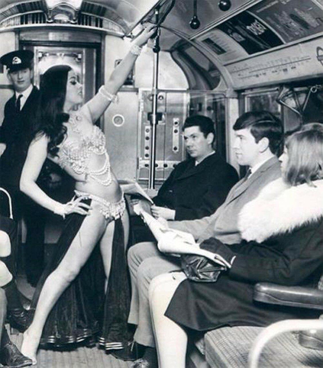 1968. Исполнительница танца живота в лондонском метро
