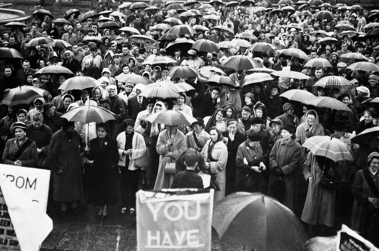 1957. 12 мая. Огромная толпа на Трафальгарской площади на массовом митинге национального совета по отмене испытаний ядерного оружия