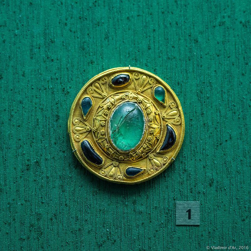 Фибула с цветными вставками и сканным орнаментом. II -1-я половина I вв. до н.э.