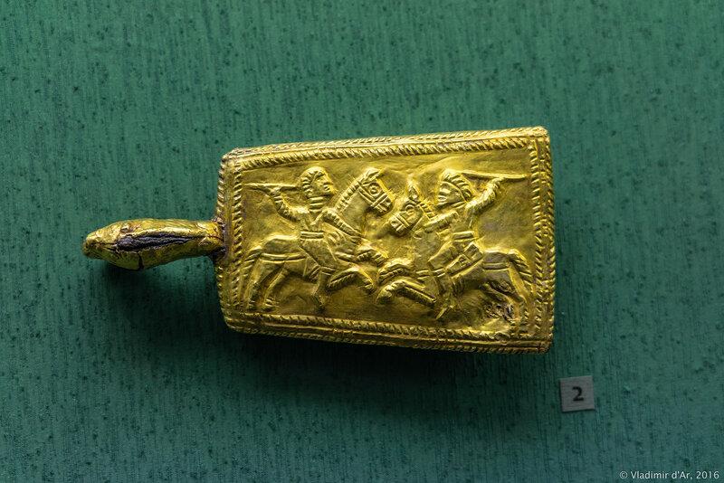 Пряжка поясная с изображением сражающихся варваров. II в. до н.э.