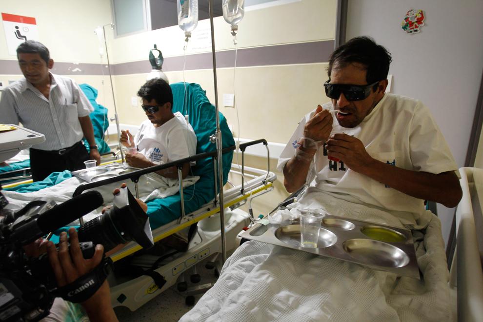 7. Добытчики Хасинто Париона (справа) и Эдвин Сармиенто обедают в государственной больнице после тог