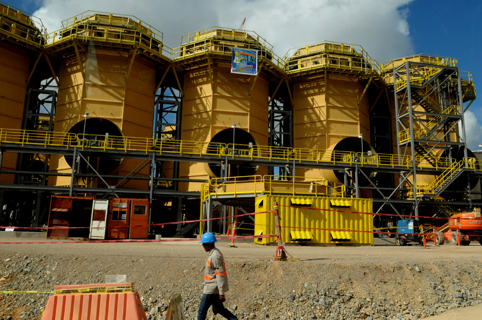 18. Рабочий идет мимо шахты Pueblo Viejo в провинции Санчес Рамирес в Доминиканской Республике, 20 м