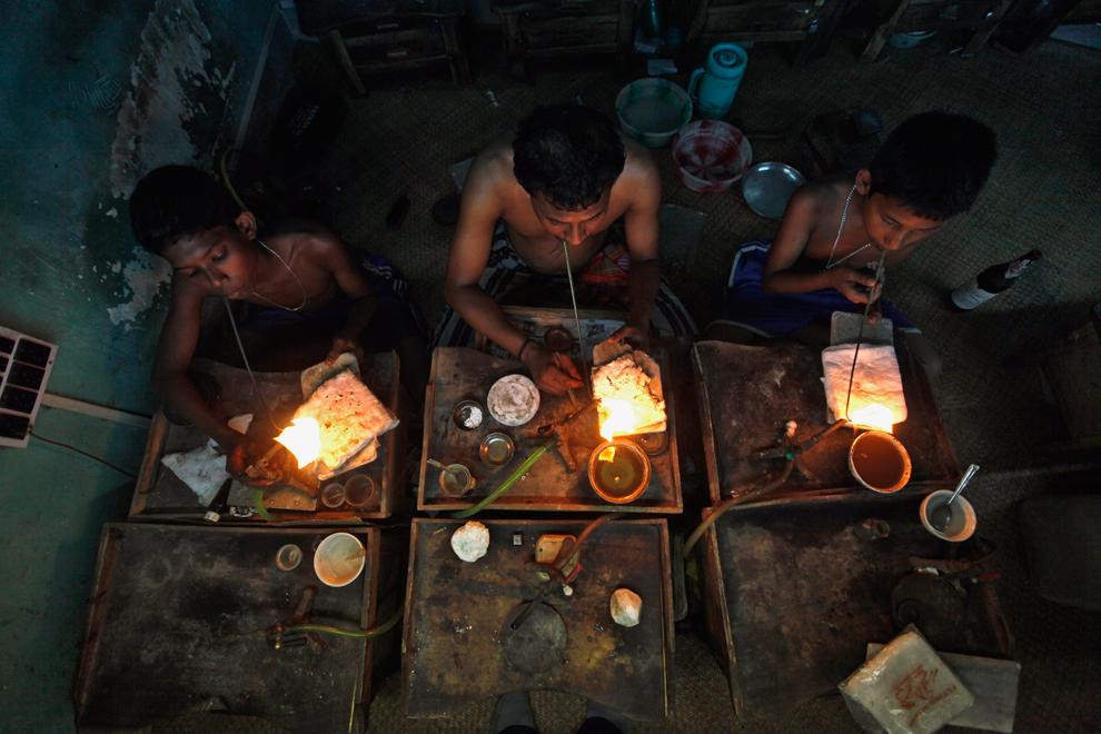 32. Ювелиры за работой в мастерской в Колкате, 26 марта, 2012. (Rupak De Chowdhuri/Reuters)