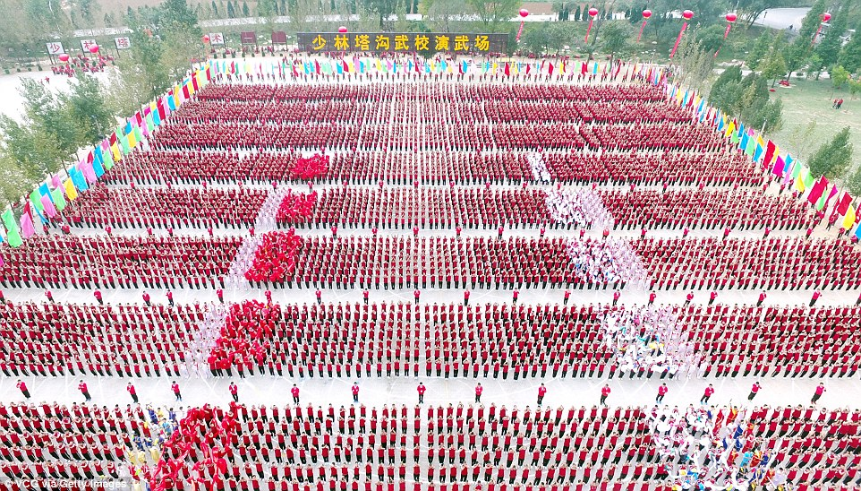 Кунг-фу хором: 30 тысяч учеников со всего мира показали класс в Шаолиньском монастыре