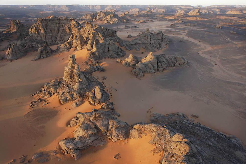 12. Размытые песчаные вершины к востоку от арки Афозедзара в южной части Тадрарт-Акакус. (George Ste