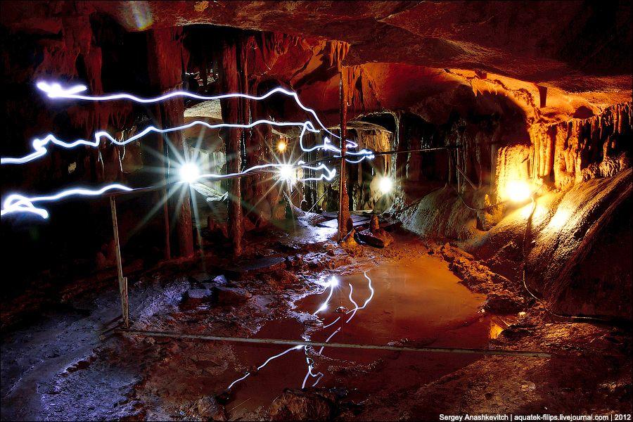 Световые дорожки от налобных фонарей спелеологов, которые нас сопровождали в пещере.