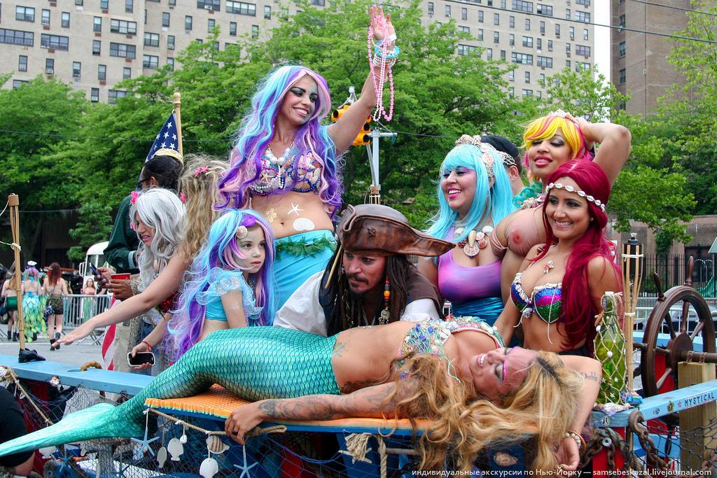 Парад русалок — старое доброе бруклинское фрик-шоу (82 фото)