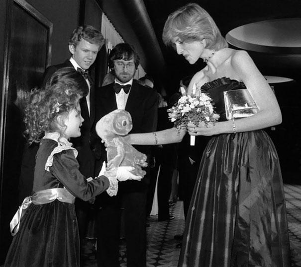 7-летняя Дрю Бэрримор дает принцессе Диане куклу Инопланетянина, на заднем фоне — Стивен Спилберг и