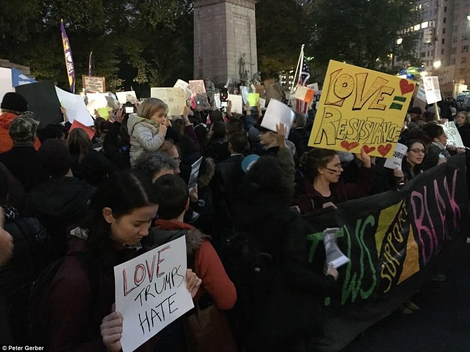 Нью-Йорк: На митинге в Columbus Circle, протестующие держали плакаты с надписями