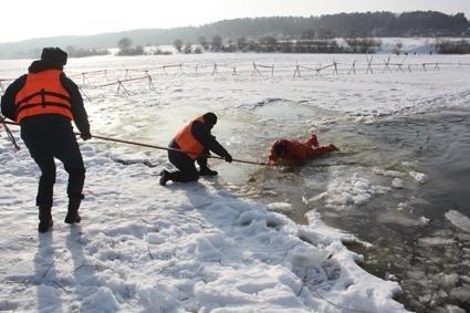 Мужчина идвое детей провалились под лед Волги вСаратове