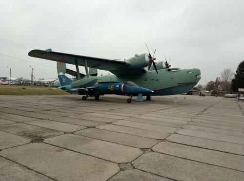 Самолет-амфибия, многоцелевой гидросамолет Бе-6 и корабельный штурмовик ВЭП Як-38   Киевский государственный музей авиации
