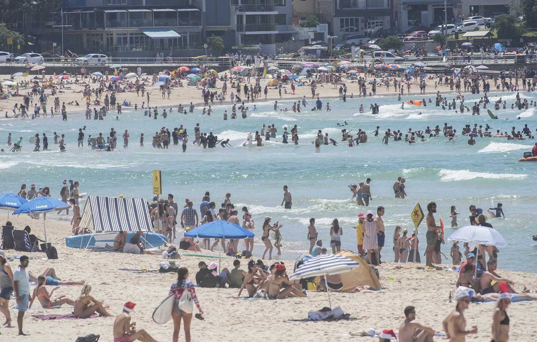 В Рождество на популярном пляже Бонди-Бич в Сиднее собираются тысячи местных жителей и туристов.
