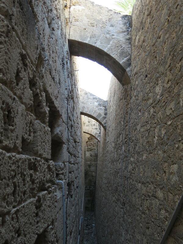 Контрфорсы, укрепляющие старую часть западной стены