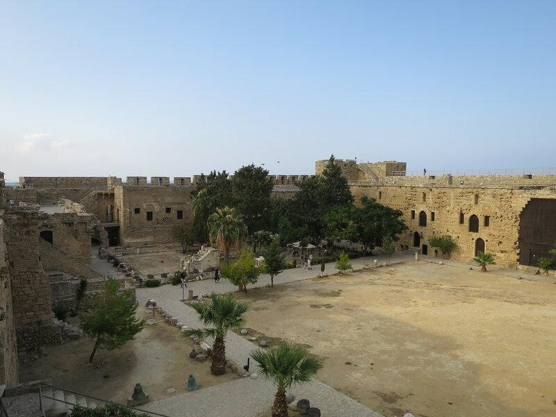 Общий вид на постройки северной и восточной стены