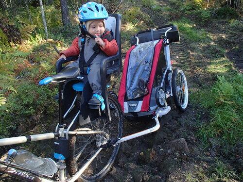 велокресло и велоприцеп Thule на лесовозной дороге
