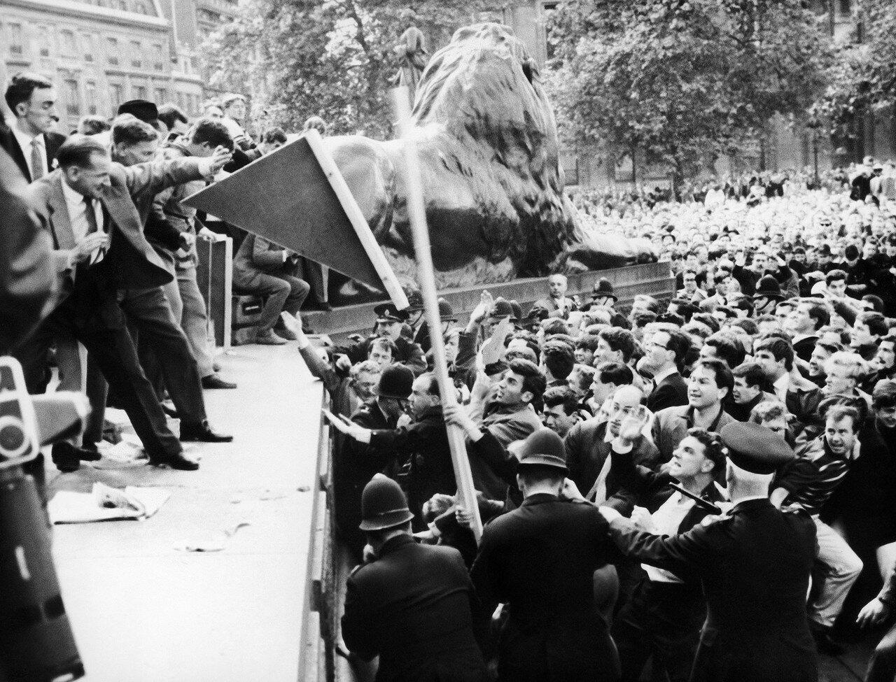 1962. 22 июля. Столкновение между полицией, присутствующими и членами Юнионистского движения под руководством сэра Освальда Мосли