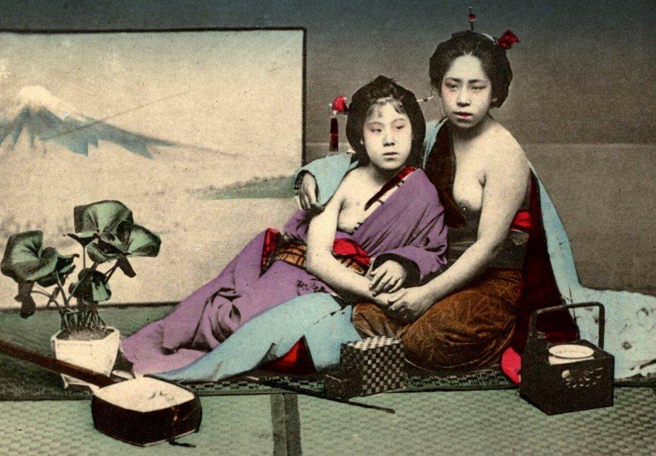 Две полуобнаженные гейши