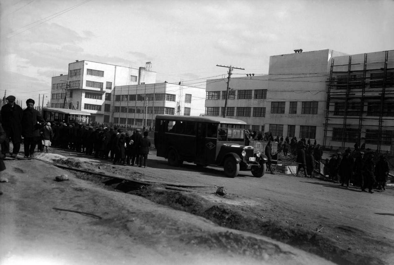 Шоссе перед зданием заводоуправления в момент окончания работ. 1933.