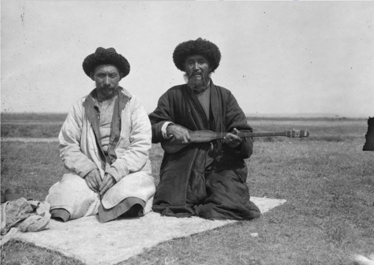 Два киргизских музыканта