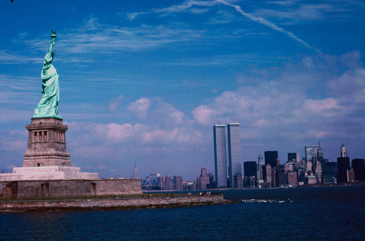 Нью-Йорк. Статуя Свободы и две башни