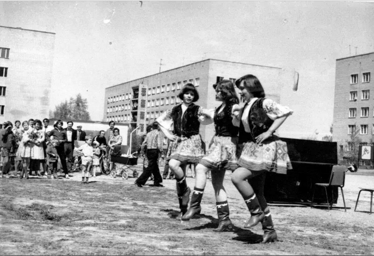 1980-е. Концерт детского хореографического коллектива клуба «Строитель» на площадке по улице 50-летия Октября
