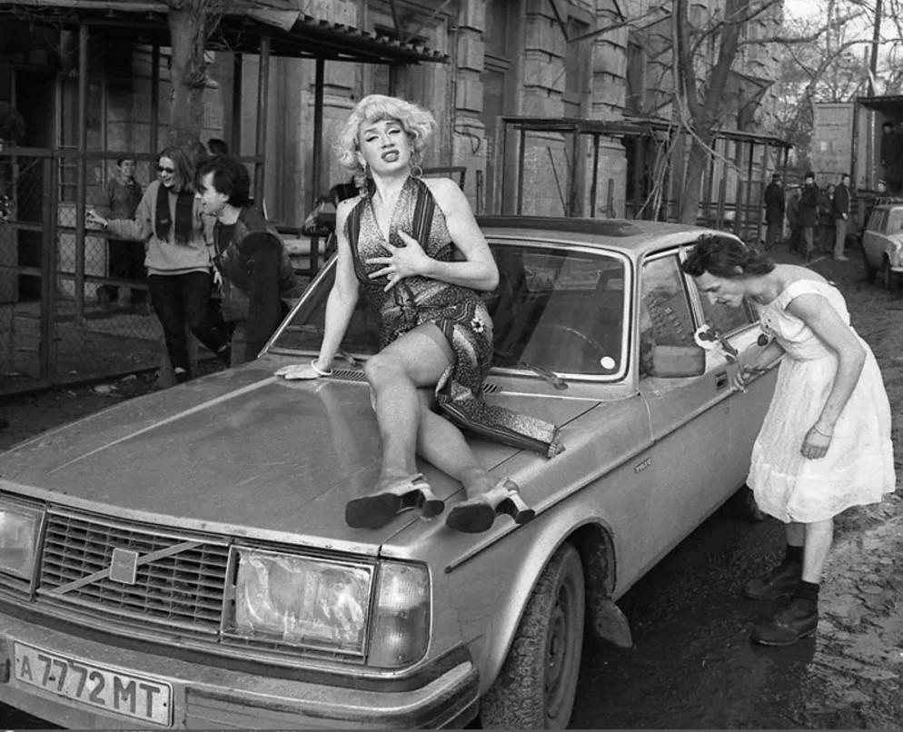 1990. Владислав Мамышев-Монро и Александр Петлюра в перформансе, посвященном 8 марта. Москва