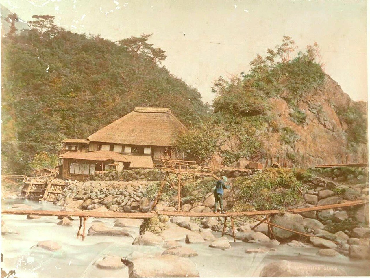 Деревянный мост через широкую реку