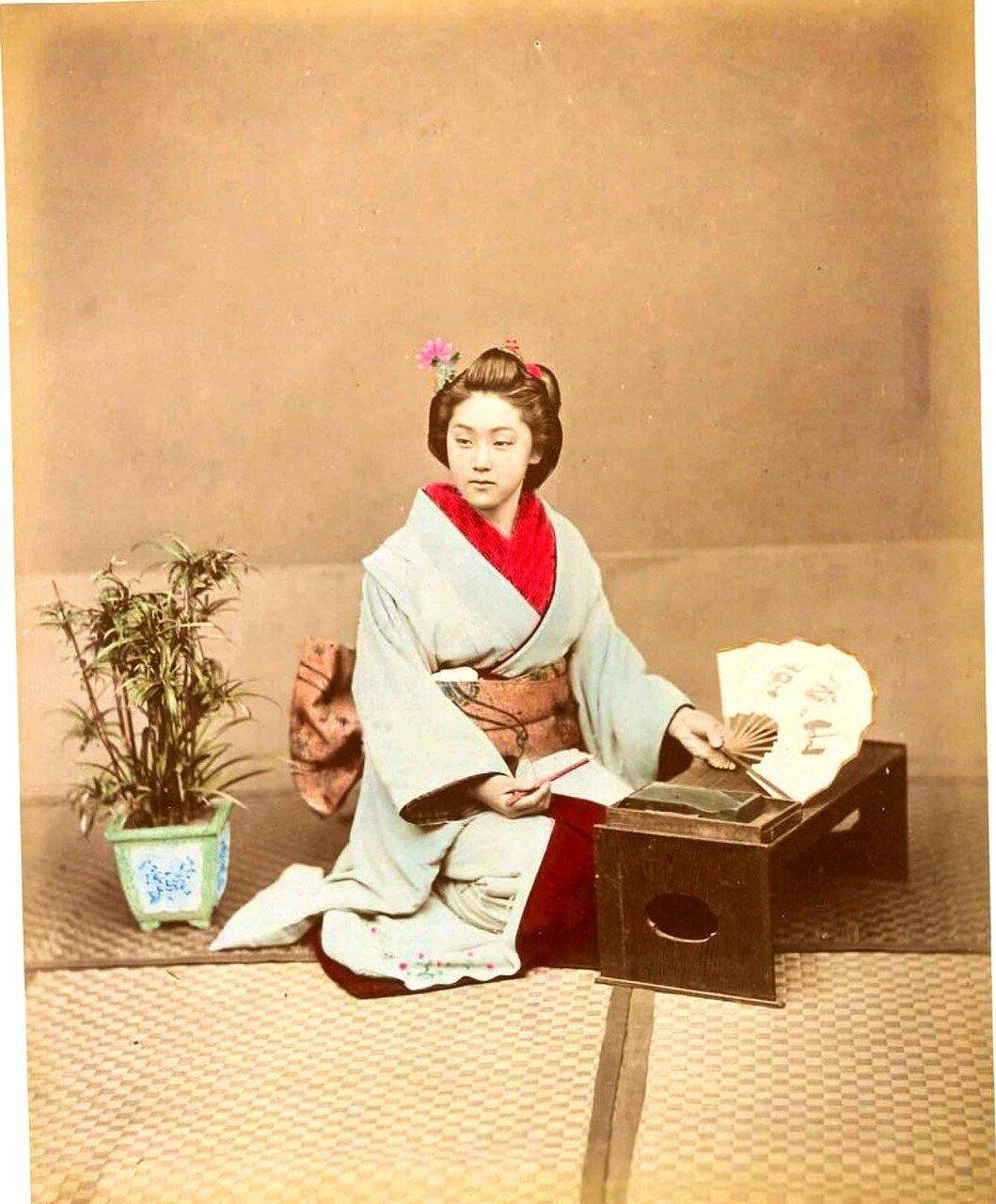 Женщина с веером и кисточкой для письма