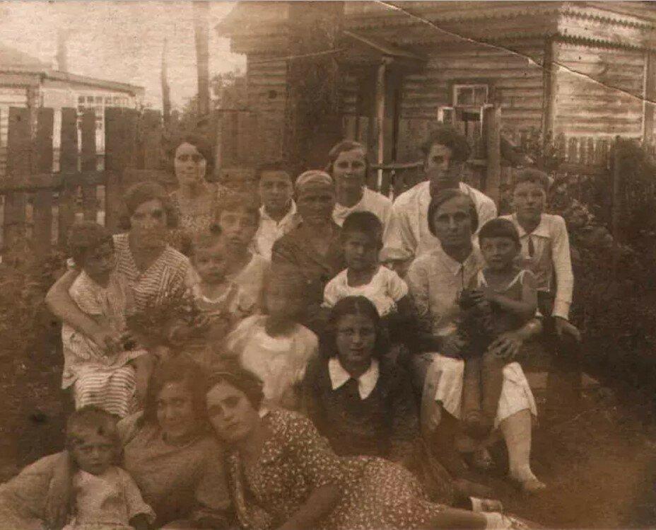 1935.Групповой снимок во дворе дома