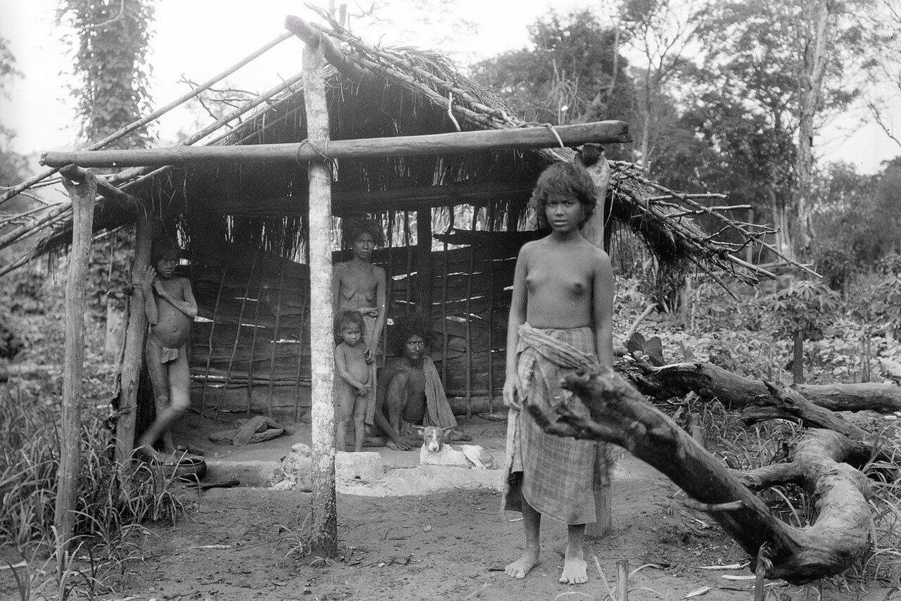 145. Биндога. Семья в постройке, которая предположительно служит в качестве кухни