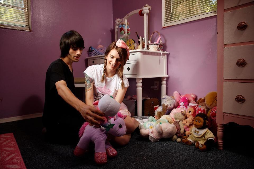 23-летняя девушка притворяется ребенком, а бойфренд ухаживает за ней