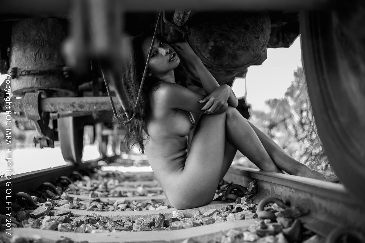 Girl on the railway / фото Pochara Photogolffy