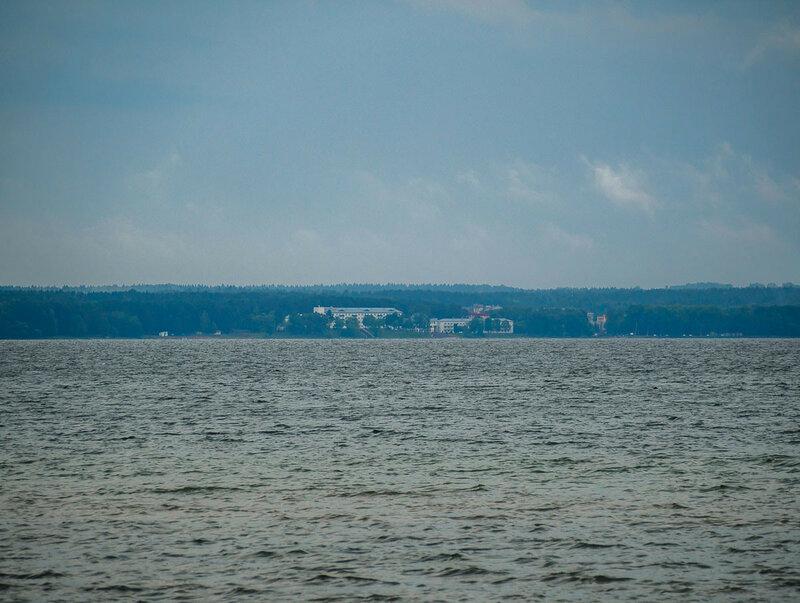 Вдали виден берег, здания санаториев.