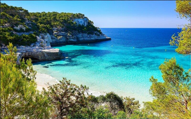 Одна из бухт Средиземного моря, Менорка остров, Испания.jpg