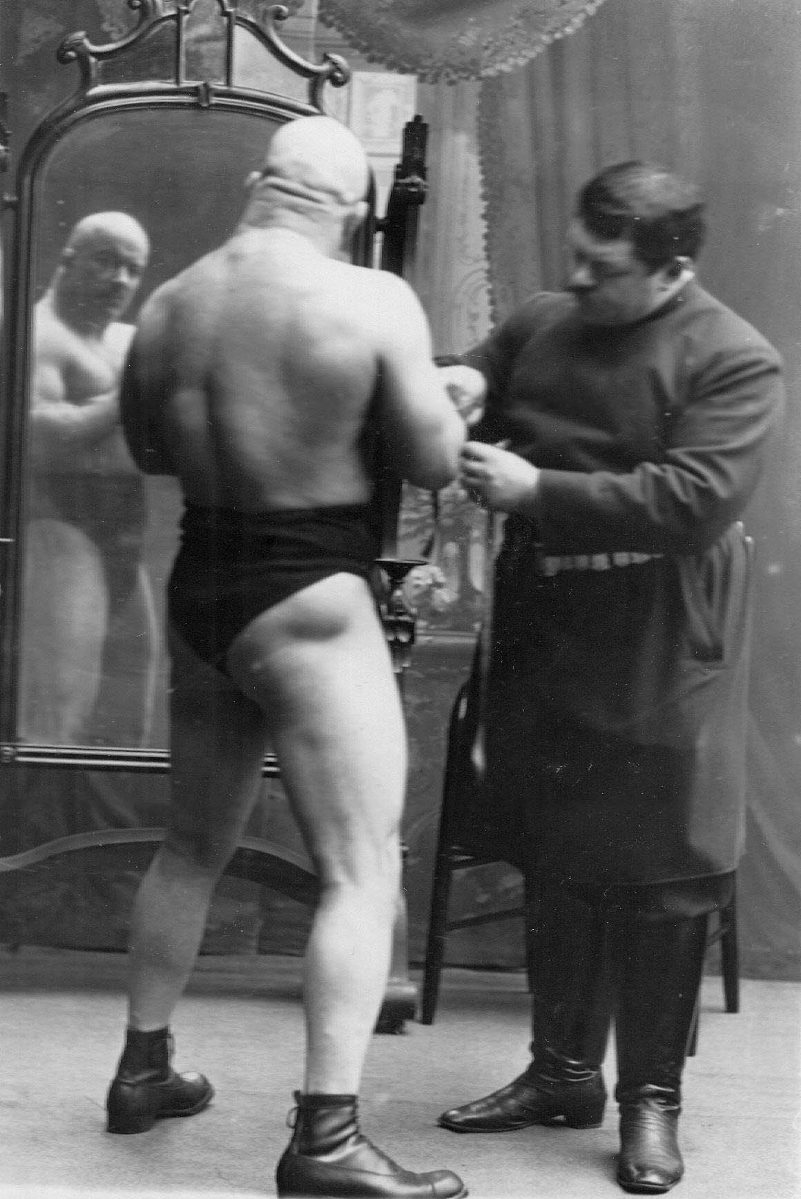 И.В.Лебедев измеряет объем руки чемпиона тяжелого веса