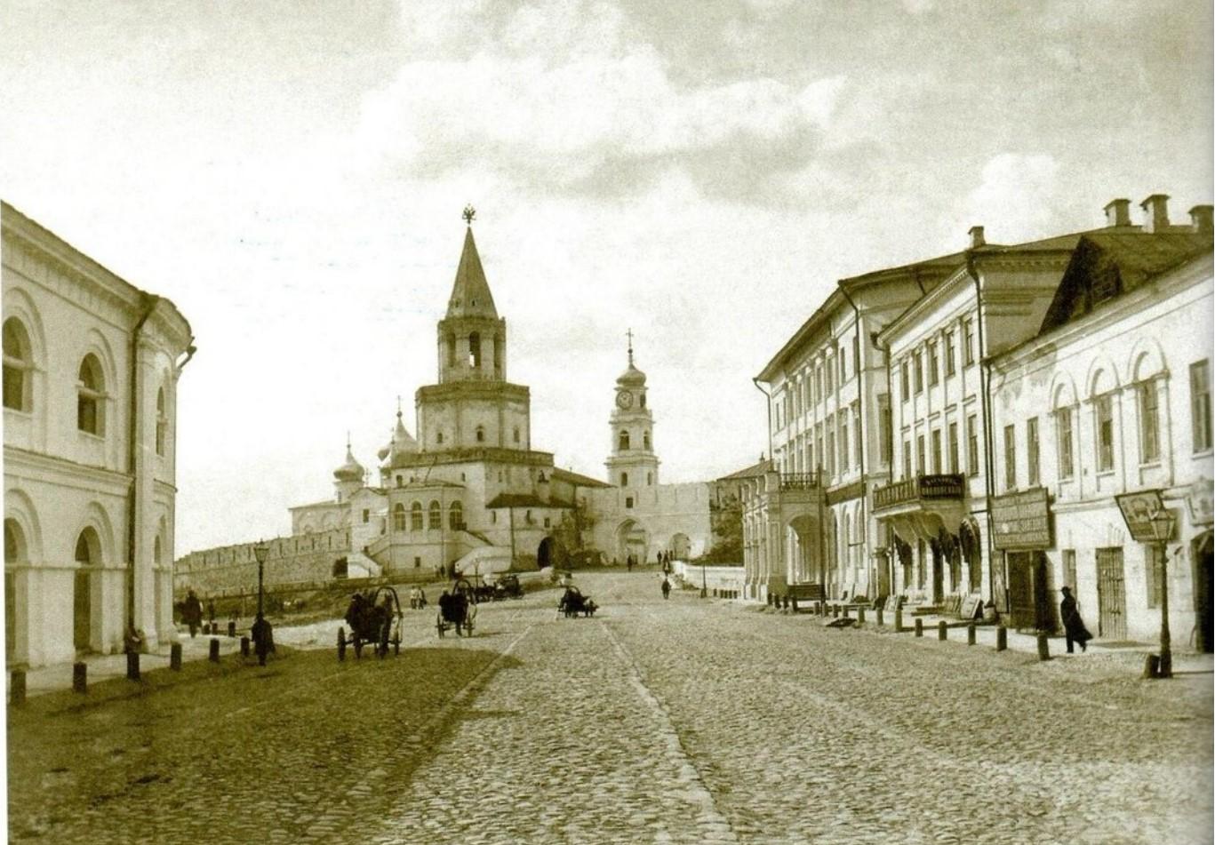 Вид на Спасскую башню со стороны Воскресенской улицы