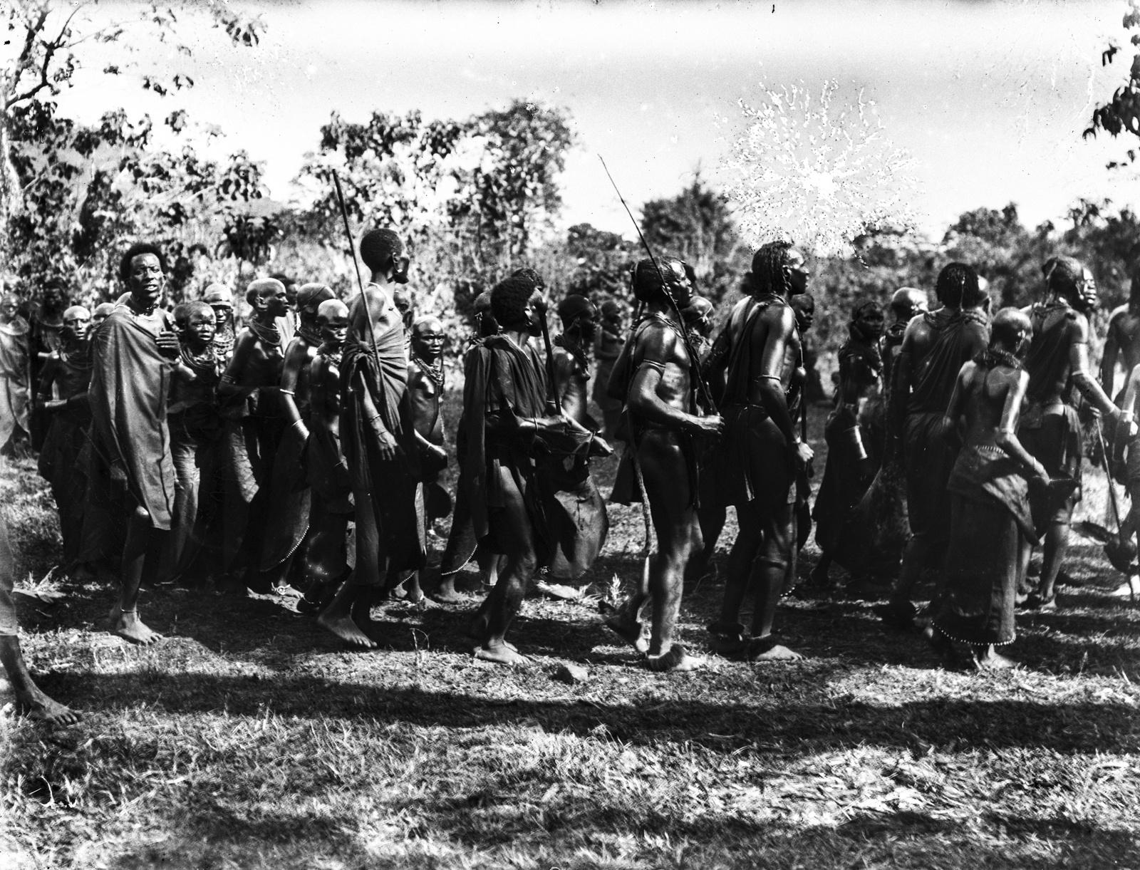 194. Группа масаев в традиционной одежде во время танца