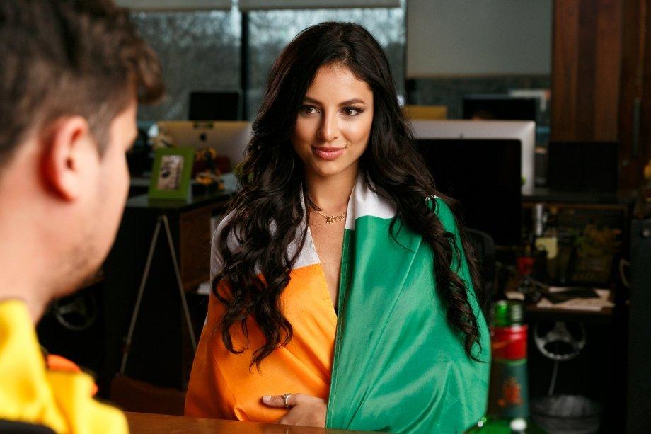 Три девушки в баре в фотосессии ко Дню святого Патрика