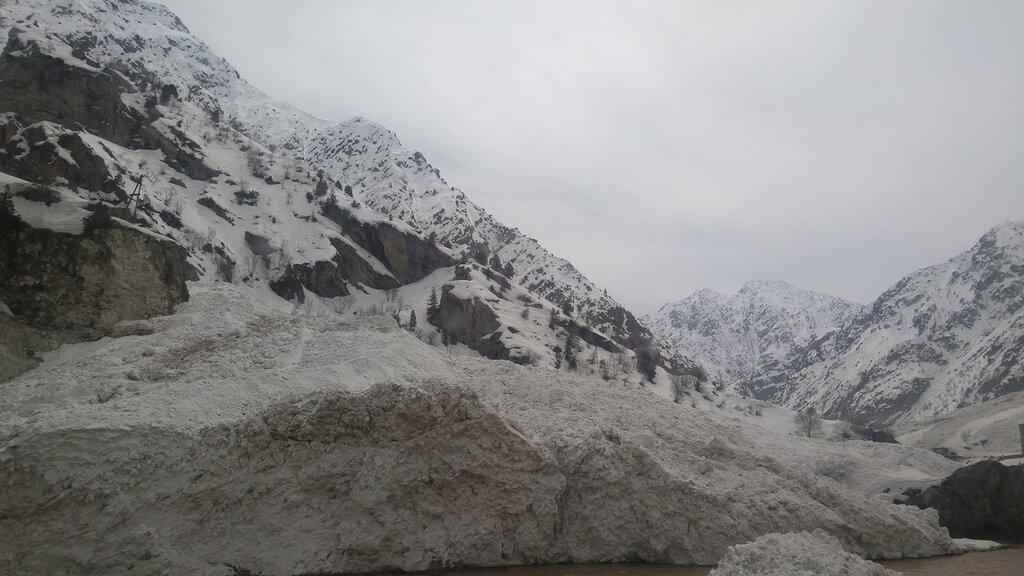 Снежная лавина дорога от Душанбе.