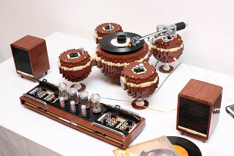 The Planet – A fully functional vintage turntable created in LEGO (9 pics)