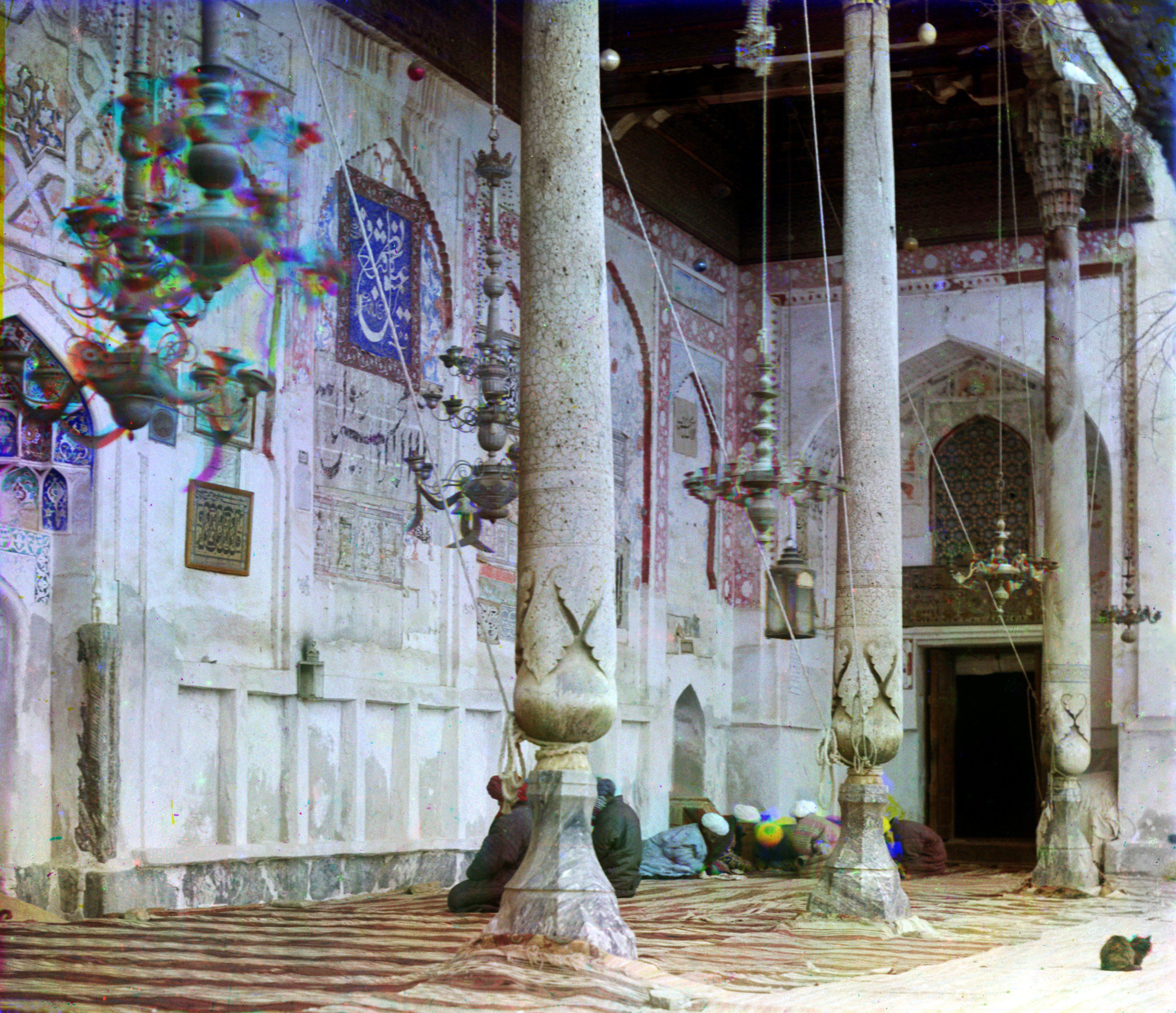 Внутри мечети Богоэддин