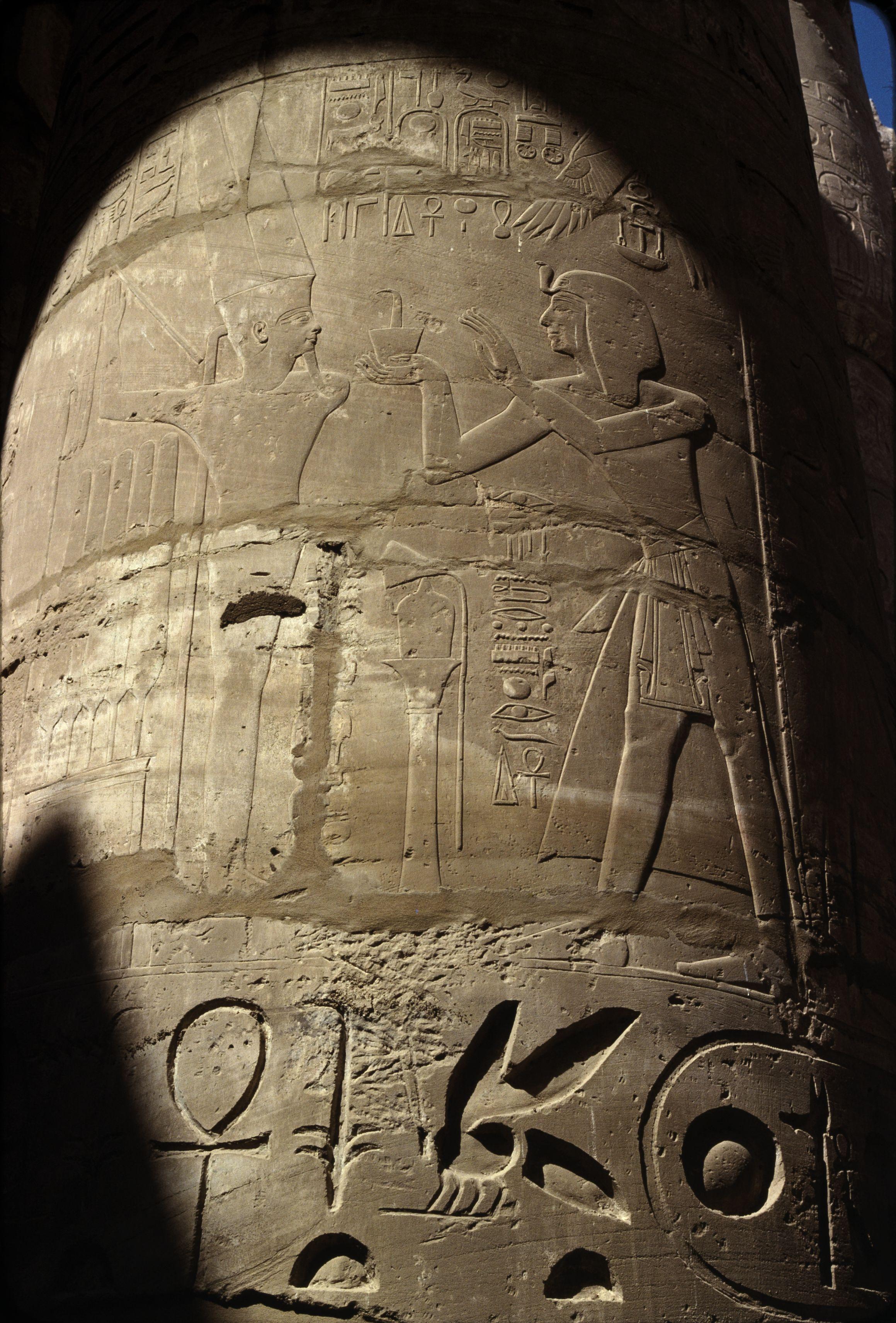 Храм Амона-Ра. Колонна в Колонном зале. Сети I совершает жертвоприношение